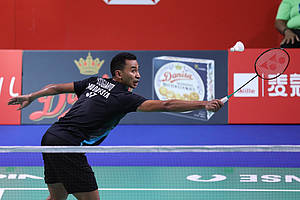 Tommy Sugiarto (Indonesia) mengembalikan shuttlecock.