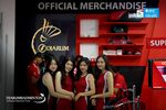 Usher Berpose Di Booth Merchandise Djarum Foundation