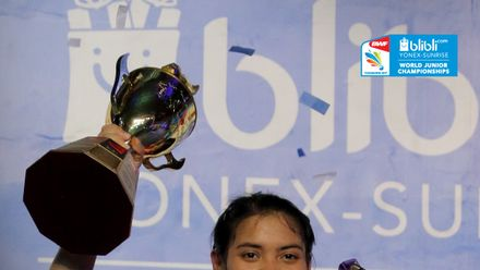 Gregoria Mariska (Indonesia) Berfoto Bersama Piala Eye Level Cup